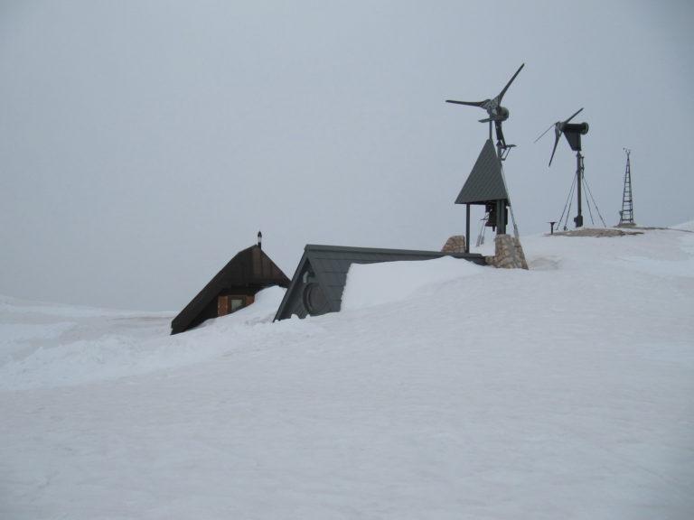 Kapelica na Kredarici zatrpana snijegom