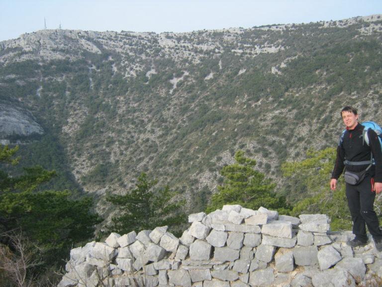 Ilirska utvrda i Vidova gora u pozadini