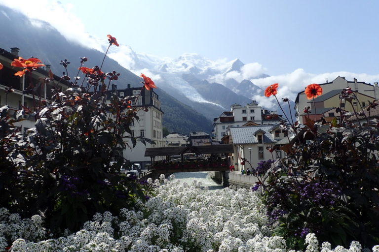 Pogled na Mont Blanc s ulica Chamonixa