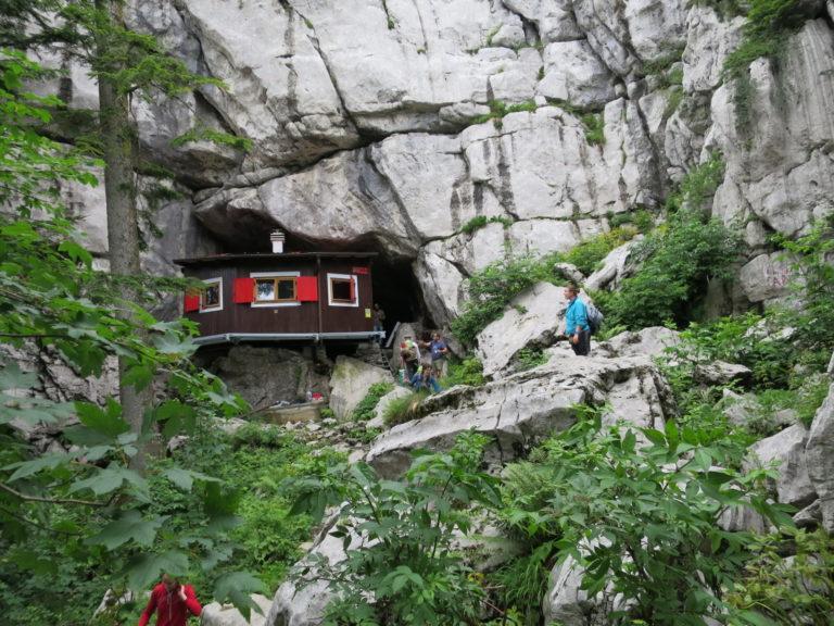 Ratkovo sklonište na Samarskim stijenama, održavaju ga planinari PDS Velebit